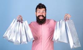 在销售季节的人购物与折扣 销售额和贴现概念 愉快的面孔的行家是购物使上瘾或 免版税库存照片