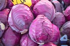 在销售部分的黑圆白菜图片 免版税库存照片