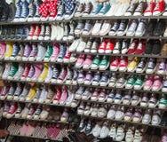 在销售额中的运动鞋鞋子 图库摄影