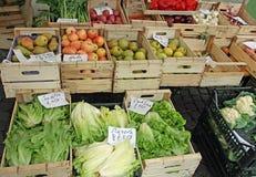 在销售额蔬菜市场中的果子条板箱 库存图片