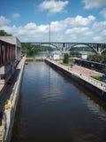 在锁和水坝的独木舟 免版税库存图片