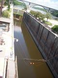 在锁和水坝的独木舟 库存照片