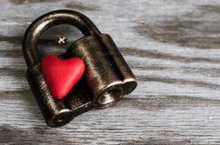 在锁的心脏 免版税库存图片