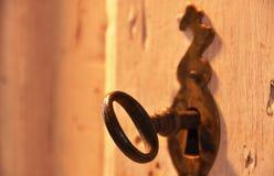 在锁的老钥匙 免版税图库摄影