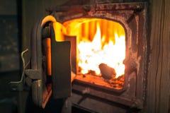 在锅炉室打开铁火炉 免版税库存图片