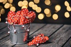 在锌的红色心脏在葡萄酒和减速火箭的样式的木背景用桶提 在红色玫瑰色华伦泰白色的概念重点 免版税库存图片
