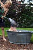 在锌浴缸的孩子 库存照片