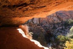 在锡安国立公园的洞在太阳光下 免版税库存照片