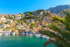 在锡米岛海岛五颜六色的建筑学的看法在希腊 免版税图库摄影