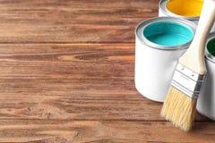 在锡罐的多彩多姿的油漆 库存照片