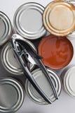 在锡罐的开罐头用具在Opened旁边能 图库摄影