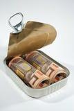 在锡罐的货币。 图库摄影
