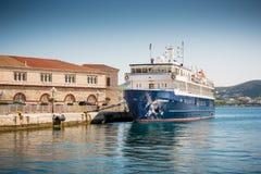 在锡罗斯岛海岛的渡轮 免版税库存图片