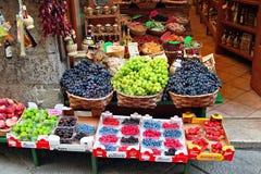 在锡耶纳老街道的水果市场  库存图片