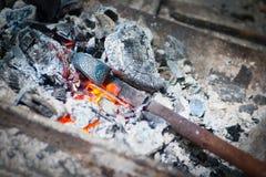 在锤子熔炉的铁棍子 免版税图库摄影