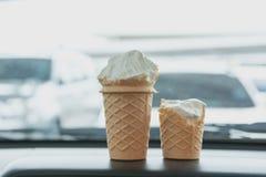 在锥体的软的白色牛奶奶油冰淇凌 图库摄影