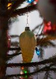 在锥体formm的老圣诞树` s玩具  库存照片