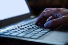 在键入laptop/PC/computer键盘我的人手上的选择聚焦 免版税库存照片