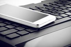 在键盘关闭的巧妙的电话 免版税库存图片
