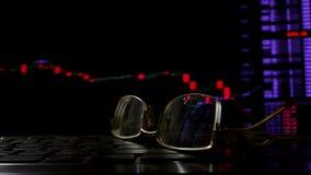 在键盘和显示的玻璃与与汇率的网上贸易的数据 股票录像