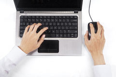 在键盘和老鼠的男性手 库存照片