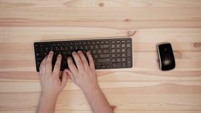 在键盘和计算机老鼠的手 文字信件和数字 影视素材