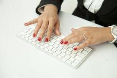 在键盘的人的手指 库存图片