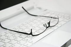 在键盘的企业玻璃 免版税图库摄影