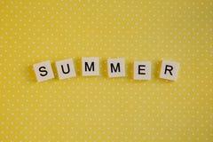 在键盘的信件的题字夏天在黄色背景的 免版税库存照片
