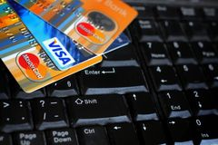 在键盘的信用卡有品牌商标签证和万事达卡的 图库摄影