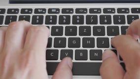 在键盘的关闭-键入的手 影视素材