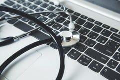 在键盘的听诊器 免版税库存图片