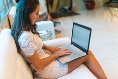 在键盘的女性手有在浏览器的被打开的网页的在屏幕 浏览互联网的妇女的播种的图象她 库存图片