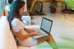 在键盘的女性手有在浏览器的被打开的网页的在屏幕 浏览互联网的妇女的播种的图象她 免版税库存照片
