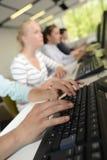 在键盘的手 免版税库存照片