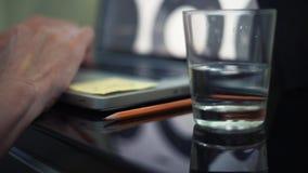 在键盘的男性手 杯水和铅笔在桌上 关闭计划 股票视频