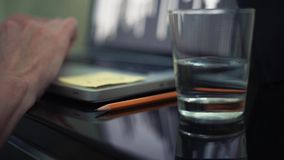 在键盘的男性手 杯水和铅笔在桌上 关闭计划 股票录像