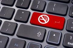 在键盘的禁烟标志,反抽烟概念的。 库存照片