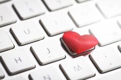 在键盘的红色心脏 爱或华伦泰` s天概念 免版税图库摄影