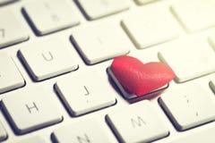 在键盘的红色心脏 爱或华伦泰` s天概念 库存照片