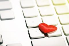 在键盘的红色心脏 爱或华伦泰` s天概念 图库摄影