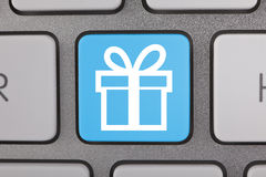 在键盘的蓝色白色礼物标志 库存照片