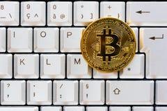 在键盘的金黄颜色bitcoin 图库摄影