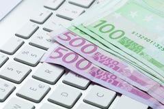 在键盘的100张和500张欧洲票据 免版税库存照片