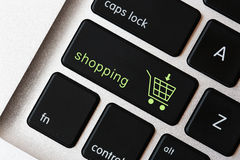 在键盘的购物标志 免版税库存图片