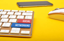 在键盘键的社会网络与老鼠智能手机 库存图片