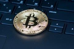 在键盘,特写镜头射击的Bitcoin金属硬币 库存照片