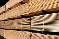 在锯木厂的木材 免版税库存照片