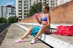 在锻炼和赛跑前的准备活动 免版税库存图片