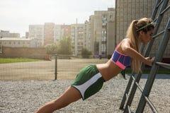 在锻炼和赛跑前的准备活动 库存图片